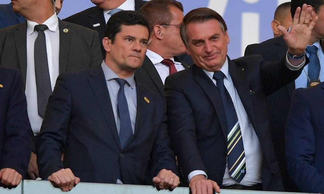 Durante a semana, o presidente disse que iria ao gramado do Maracanã ao lado do ministro Sergio Moro se a segurança o permitisse. Ideia era testar a popularidade após divulgação de supostas mensagens do ex-juiz e de procuradores da Lava-Jato Foto: CARL DE SOUZA / AFP