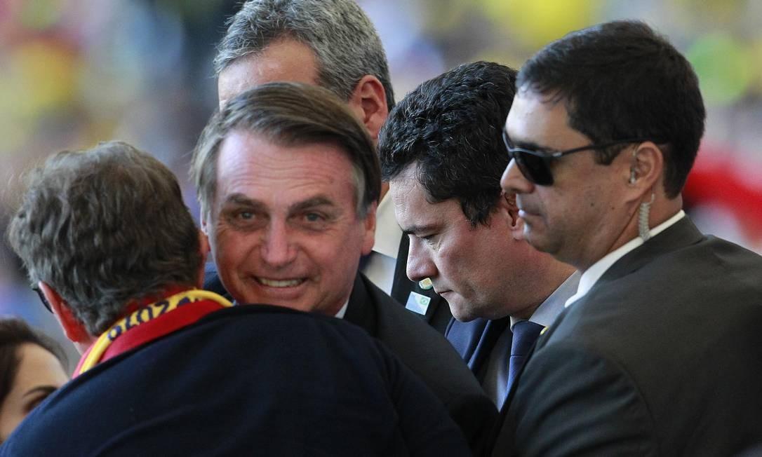 Com seguranças, Jair Bolsonaro chegou ao Maracanã durante o show de abertura da final da Copa América Foto: Márcio Alves / Agência O Globo
