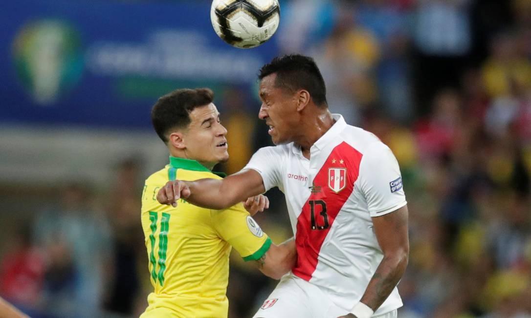 Philippe Coutinho, do Brasil, disputa bola com o peruano Renato Tapia Foto: UESLEI MARCELINO / REUTERS