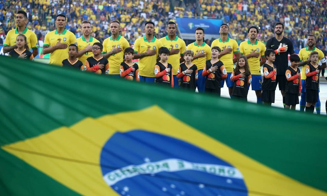 A seleção brasileira durante a execução do Hino Nacional Brasileiro minutos antes do início da partida Foto: PILAR OLIVARES / REUTERS