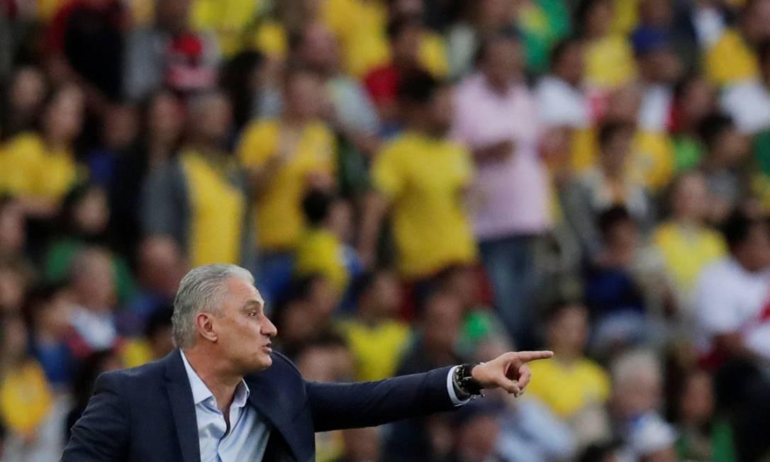 O técnico da seleção brasileira, Tite, orienta jogadores à beira do gramado no Maracanã Foto: UESLEI MARCELINO / REUTERS