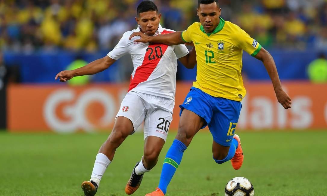 Edison Flores, do Peru, e Alex Sandro, do Brasil, disputam a bola durante o primeiro tempo Foto: PEDRO UGARTE / AFP