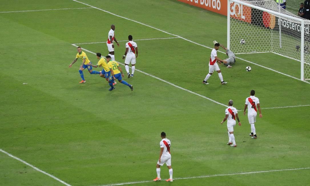 Everton abre o placar da partida e corre para comemorar com companheiros de equipe Foto: SERGIO MORAES / REUTERS