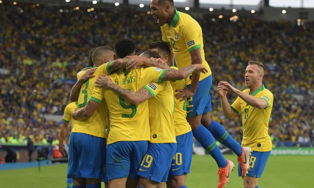 Jogadores brasileiros comemoram primeiro gol da partida Foto: CARL DE SOUZA / AFP
