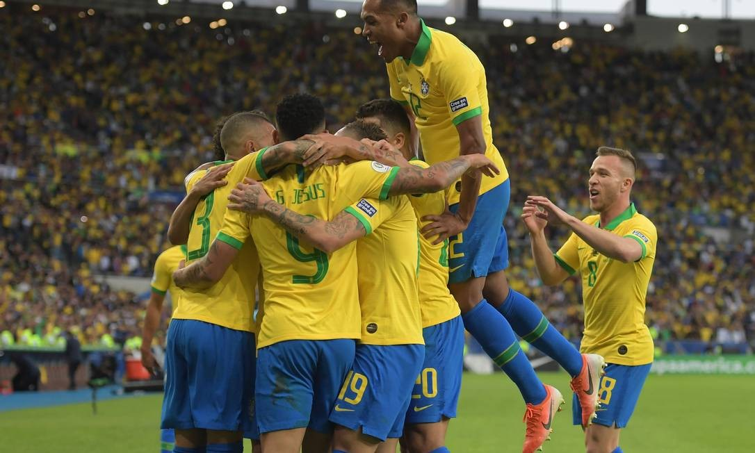 Jogadores brasileiros comemoram o primeiro gol da partida Foto: CARL DE SOUZA / AFP