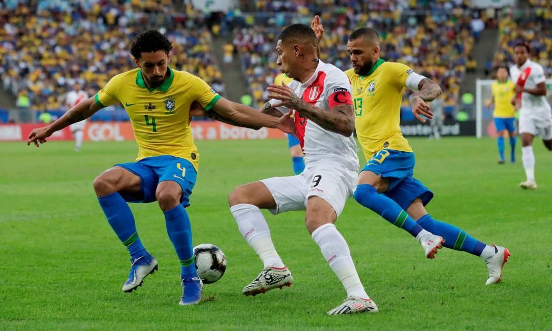 O peruano Paolo Guerrero enfrenta a marcação de Marquinhos Foto: HENRY ROMERO / REUTERS