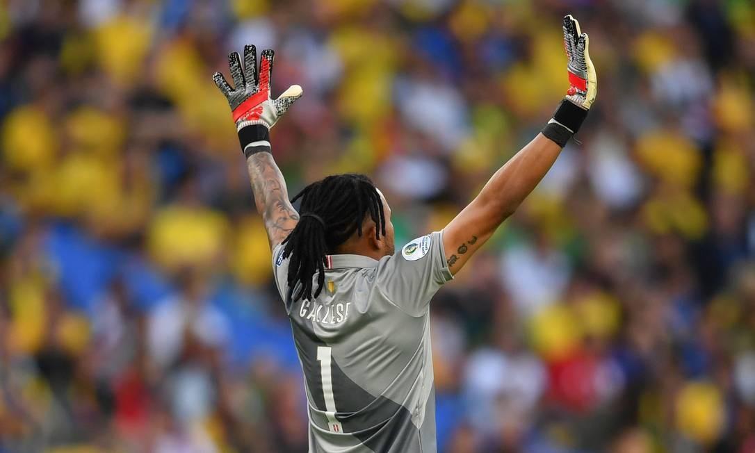 O goleiro peruano, Pedro Gallese, gesticula para companheiros de equipe durante a partida final da Copa América Foto: PEDRO UGARTE / AFP