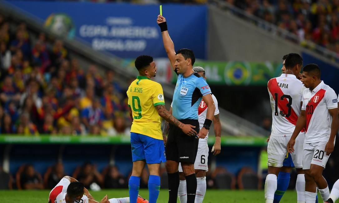 Gabriel Jesus recebe cartão amarelo do árbitro chileno Roberto Tobar Foto: PEDRO UGARTE / AFP