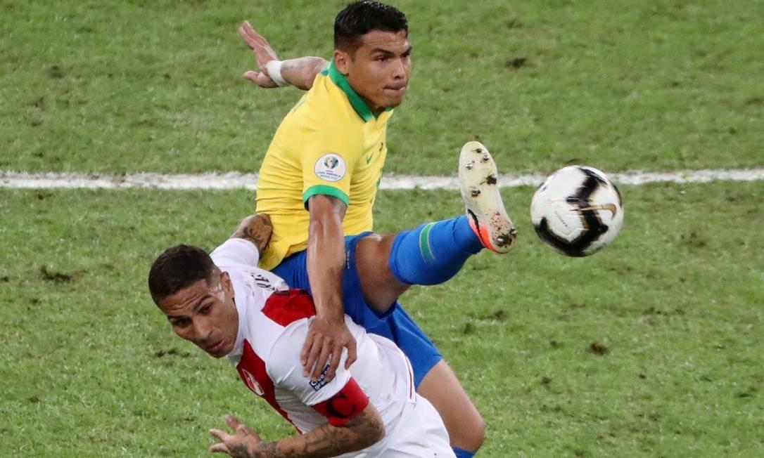 Thiago Silva em disputa de bola com Paolo Guerrero Foto: SERGIO MORAES / REUTERS