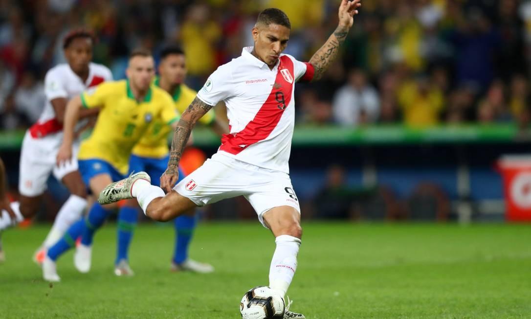 Paolo Guerrero cobra pênalti a favor da seleção peruana e marca seu primeiro gol na partida Foto: PILAR OLIVARES / REUTERS