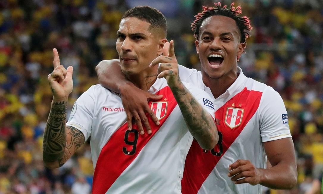 Guerrero comemora gol de pênalti com Andre Carrillo Foto: HENRY ROMERO / REUTERS