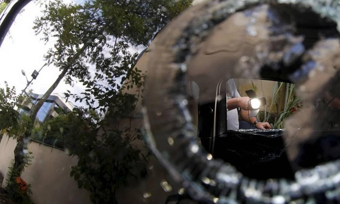 Agentes da Divisão de Homicídios fazem uma nova perícia no carro da vereadora Marielle Franco Foto: 15/03/2018 / Pablo Jacob/Agência O Globo