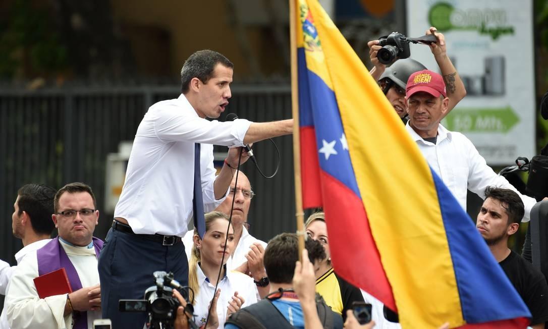 Líder da oposição venezuelana, Juan Guaidó fala durante marcha contra o governo em Caracas Foto: YURI CORTEZ / AFP