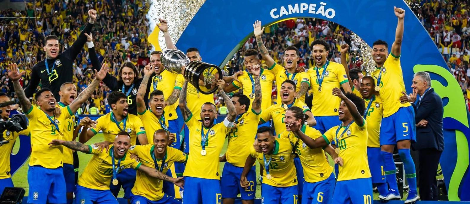 Capitão Daniel Alves ergue a Copa América Foto: MARCELO REGUA