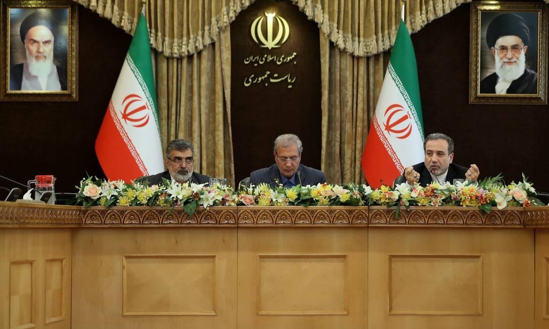 Da direita para a esquerda, o porta-voz da Organização Iraniana de Energia Atômica, Behrouz Kamalvandi, o porta-voz do governo, Ali Rabiei, and e o vice-chanceler, Abbas Araghchi, em entrevista coletiva Foto: AFP/07-07-2019