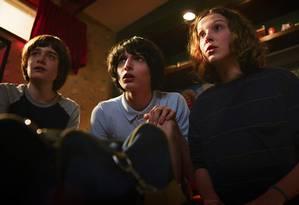 Will (Noah Schnapp), Mike (Finn Wolfhard) e Onze (Millie Bobby Brown) em 'Stranger things' Foto: Divulgação