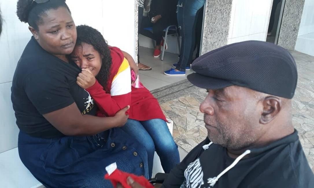 Evelyn (de casado vermelho) é consolada Foto: Célia Costa / Agência O Globo