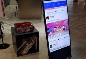 Na Coreia do Sul, televisão já tem tela vertical que reproduz conteúdo do celular Foto: Bruno Rosa