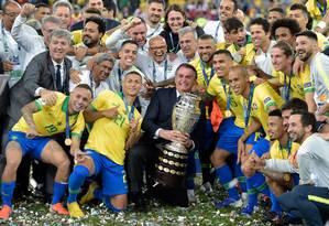 O presidente levantou o troféu da Copa América ao lado dos jogadores Foto: Carl de Souza / AFP