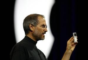 Steve Jobs em 2004, durante o lançamento de um iPod Foto: John G. Mabanglo / EFE