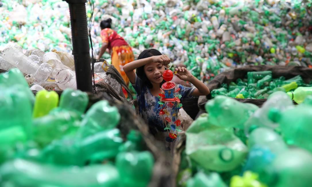 Fábrica de plástico reciclado em Dhaka, Bangladesh. Foto: Mohammad Ponir Hossain / REUTERS