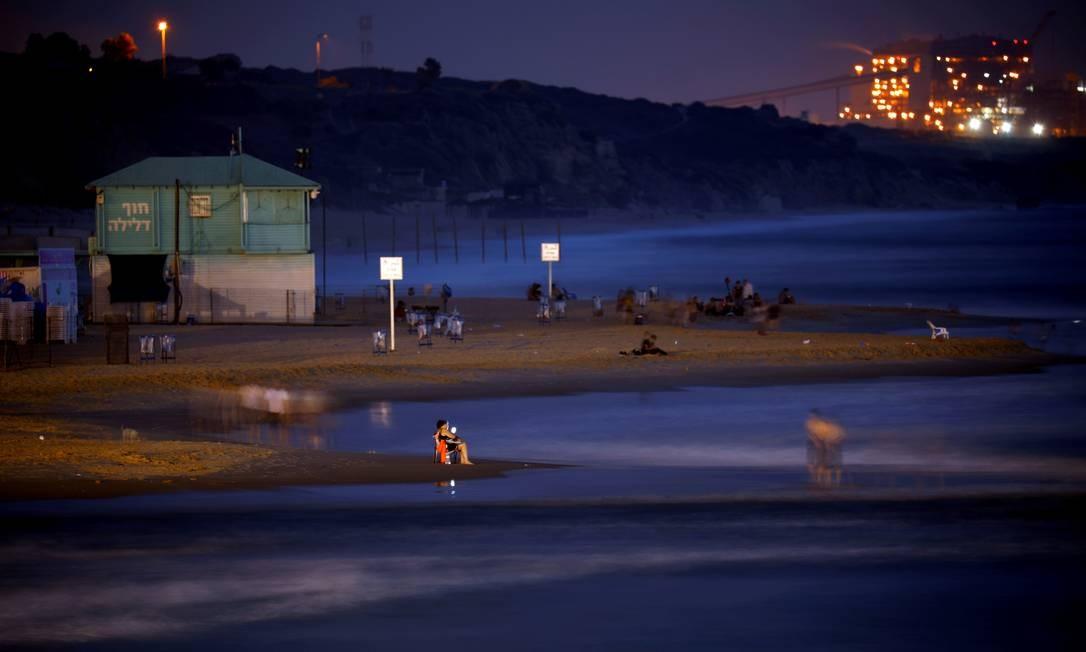 Costa do mar Mediterrâneo na praia em Ashkelon, Israel . Ao fundo, uma estação de energia. Foto: Amir Cohen / REUTERS