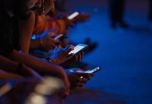Multidão usa o celular durante o São Paulo Fashion Week de 2019 Foto: Mauricio Santana / Getty Images