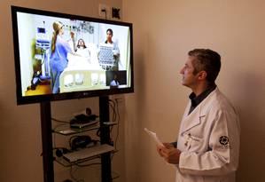 Milton Steiman, cirurgião e coordenador de Telemedicina do Hospital Albert Einstein, acompanha atendimento a paciente do Hospital Municipal do M Boi Mirim, em São Paulo Foto: Kiko Ferrite / Kiko Ferrite