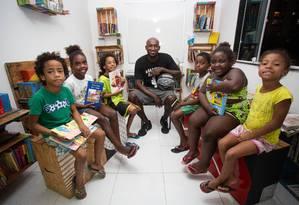 Wagner da Silva e crianças que participam do projeto social Basquete Cruzada Foto: Gabriela Fittipaldi / Agência O Globo