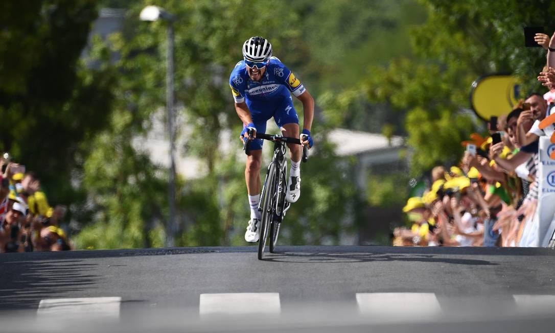 O francês Julian Alaphilippe vence a terceira etapa da 106ª edição da corrida de ciclismo Tour de France entre Binche e Epernay, em Reims Foto: ANNE-CHRISTINE POUJOULAT / AFP