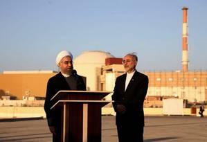 O presidente do Irã, Hassan Rouhani, com o diretor da Organização de Energia Atômica do país, Ali Akbar Salehi, em Bushehr Foto: MOHAMMAD BERNO / AFP