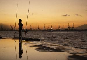 RI - Rio de Janeiro. ( RJ) - 08/07/2019 - Pescadores, pescam no pôr do sol na praça Mauá, mesmo com baixas temperaturas no Rio. Foto: Gabriel Monteiro / Agência O Globo Foto: GABRIEL MONTEIRO / Agência O Globo