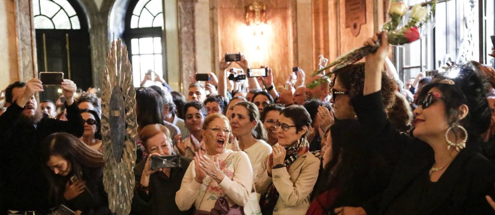 João Gilberto ganha aplausos no velório no Municipal Foto: Marcos Ramos / Agência O Globo