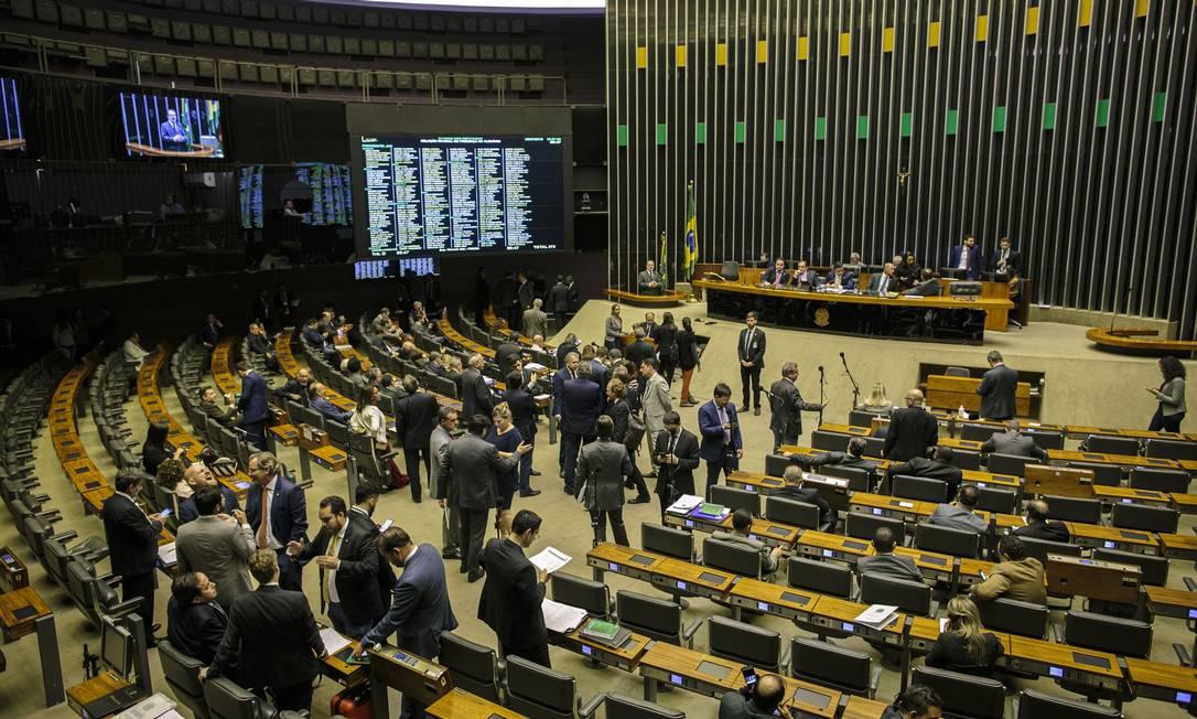 Deputados discutem na Câmara detalhes sobre a votação da reforma da Previdência, prevista para começar nesta terça-feira Foto: Daniel Marenco / Agência O Globo