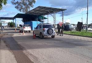 Entrada de carros venezuelanos ocorre todos os dias na fronteira do Brasil. Cerca de 400 pessoas vindas do país vizinho entram diariamente em Pacaraima (RR) Foto: Marcelo Marques