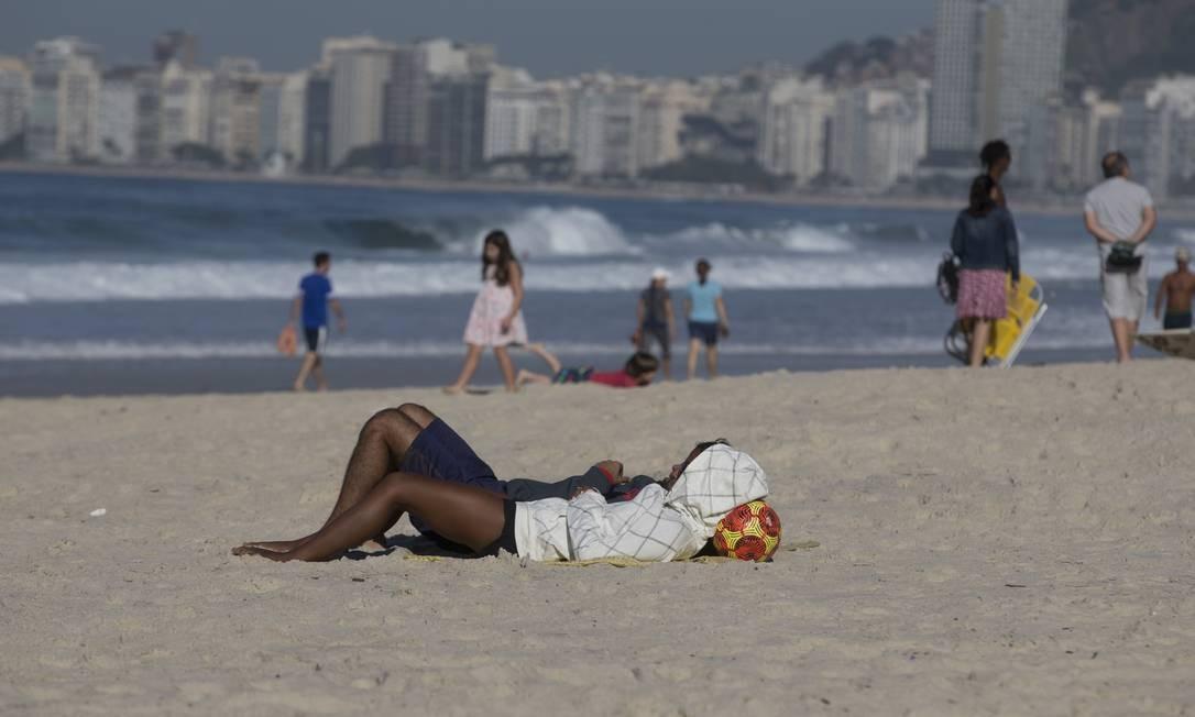 No Rio, mesmo com a temperatura baixa, na madrugada fez 11,8 graus no Alto da Boa Vista, a praia foi opção para aproveitar o sol, mas de casaco Foto: Márcia Foletto / Agência O Globo