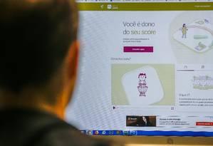 Consumidor pode consultar sua nota de crédito na internet. Para isso, é preciso se cadastrar no site de um bureau de crédito Foto: Marcelo Regua