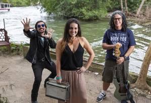 Toca Raul. Du Villela com Alex Morcillo (à esquerda) e Carlos Kalani, que integram a banda Madame Ulisses Foto: Bruno Kaiuca / Agência O Globo