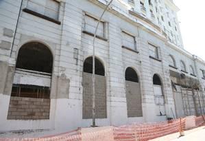 Operários trabalham no Hotel Glória para fechar os acessos e evitar invasões Foto: Pedro Teixeira / Agência O Globo