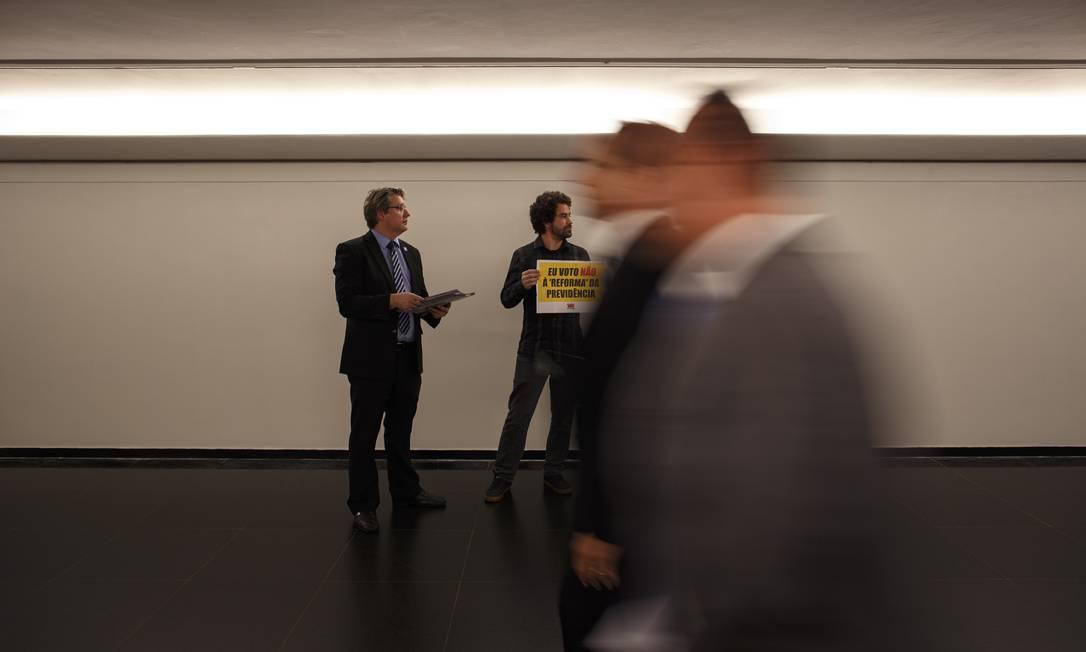 Rodrigo Maia passou boa parte da terça-feira tentando costurar acordo com a oposição para evitar obstruções à votacao da reforma no plenário da Casa. Objetivo é votar a proposta em dois turnos antes do recesso parlamentar, marcado para 18 de julho, mas a oposição mantém a estratégia de apresentar requerimentos para atrasar a votação Foto: Daniel Marenco / Agência O Globo