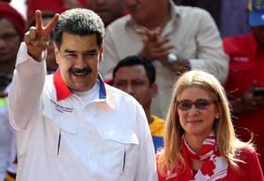 O presidente venezuelano, Nicolás Maduro, cumprimenta apoiadores ao lado da mulher, Cilia Flores, em Caracas Foto: Ivan Alvarado / REUTERS