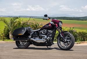 Baixa e comprida, a Sport Glide é agradável de pilotar e tem ótimo desempenho na estrada Foto: Divulgação / Harley-Davidson