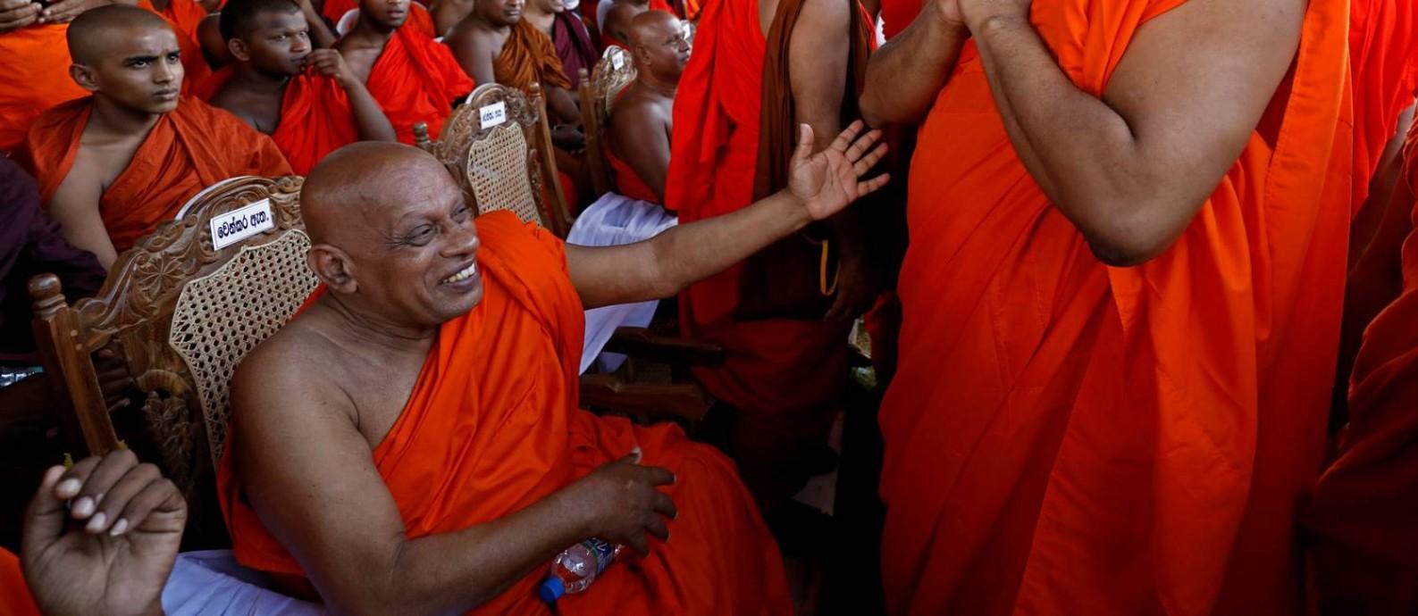 """Galagoda Aththe Gnanasara Thero, chefe do grupo nacionalista Bodu Bala Sena, """"Força do Poder Budista"""", em cingalês, se reúne com monges budistas durante convenção no Sri Lanka. Condenado a 6 anos por diversas acusações, ele recebeu o perdão do governo e chegou a se encontrar com o presidente Foto: DINUKA LIYANAWATTE / REUTERS"""