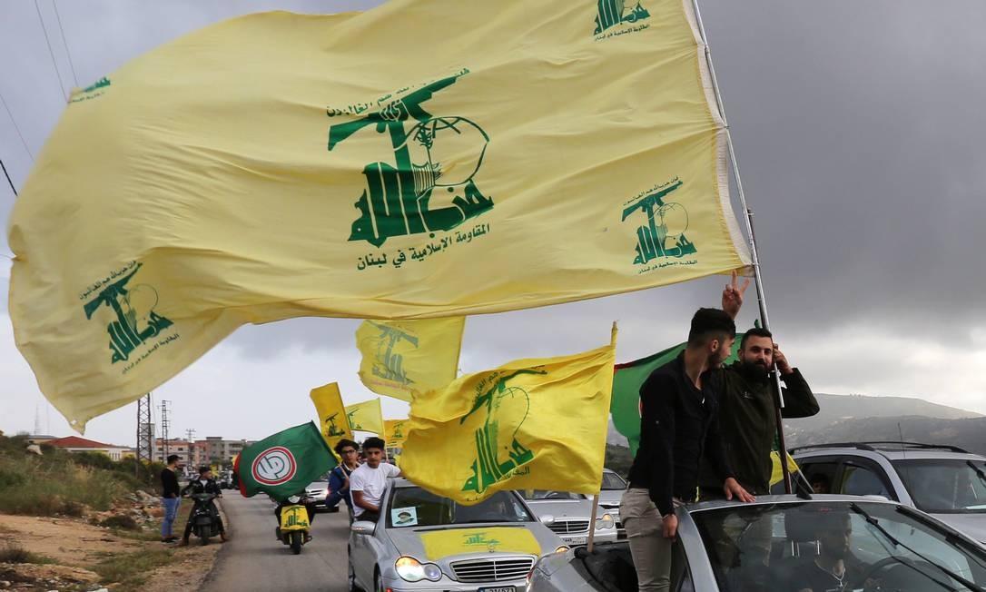 Partidários do Hezbollah fazem carreata em Marjayoun, no sul do Líbano. Departamento do Tesouro dos EUA colocou dois parlamentares do grupo na lista de sanções, acusados de