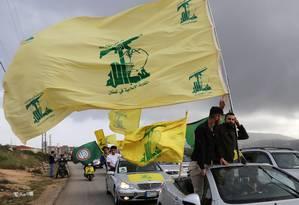 """Partidários do Hezbollah fazem carreata em Marjayoun, no sul do Líbano. Departamento do Tesouro dos EUA colocou dois parlamentares do grupo na lista de sanções, acusados de """"apoiar organizações criminosas"""". Foto: AZIZ TAHER / Reuters"""