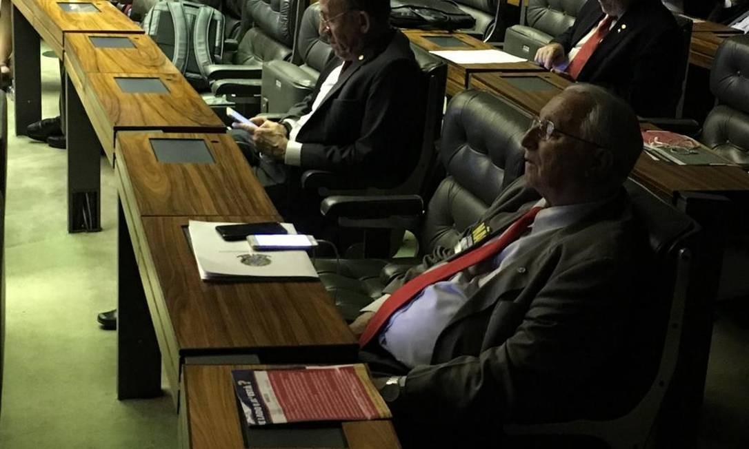 Frei Anastacio cochila no plenário. Ao fundo, seu colega Ananias lê obra dos anos 60 Foto: Eduardo Barretto/Agência O Globo