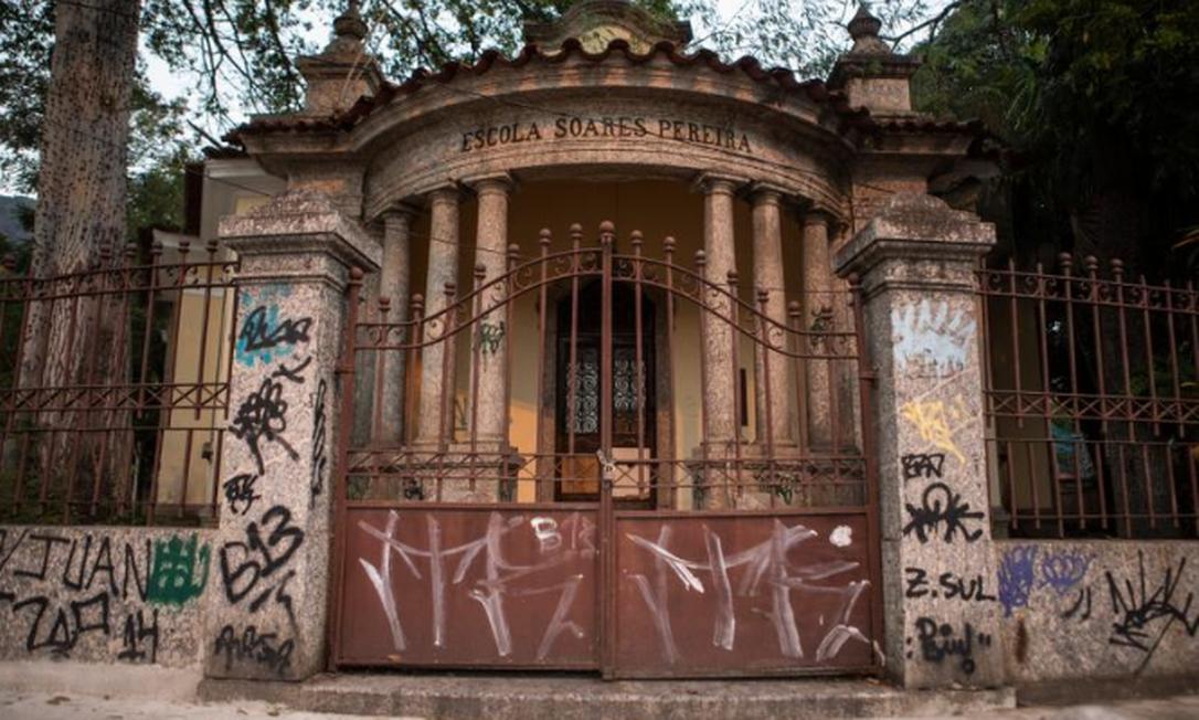 À espera de obras, o prédio tombado da Escola Municipal Soares Pereira, na Tijuca: salas ficam molhadas quando chove Foto: Gabriel Monteiro / Agência O GLOBO