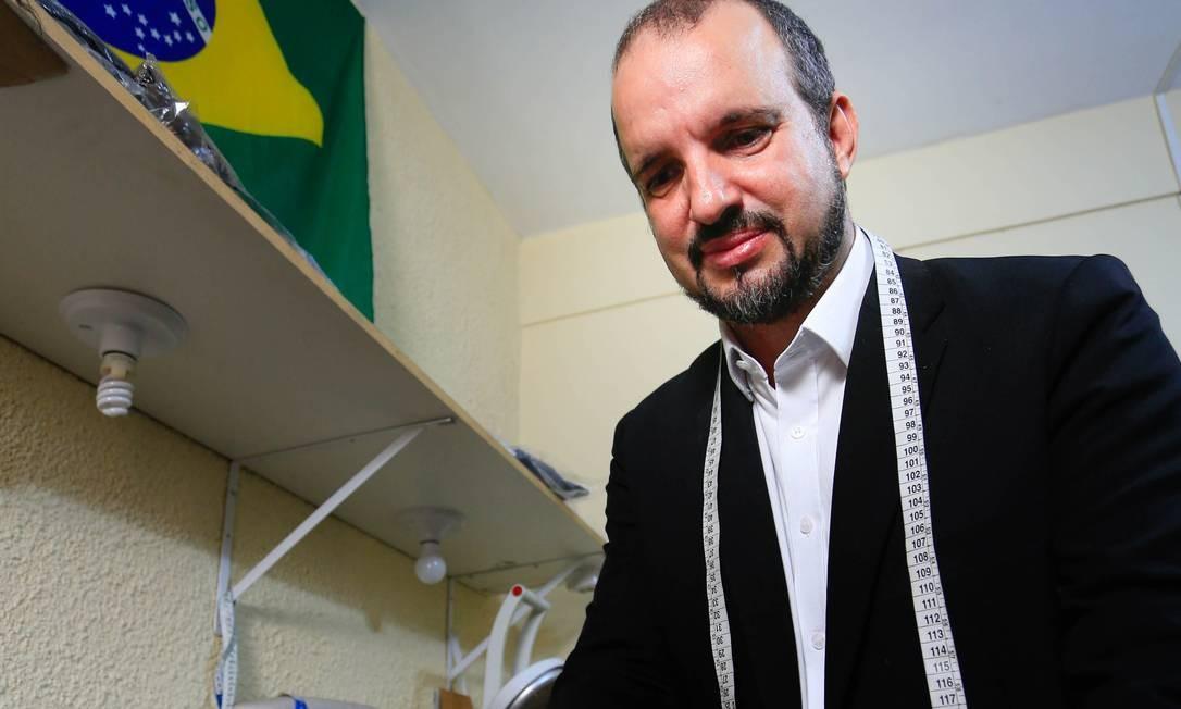 PA Duque de Caxias (RJ) 22/12/2018 Perfil do alfaiate do Bolsonaro. Na foto Santino Gonçalves Foto: Roberto Moreyra / Roberto Moreyra/Agência O Globo