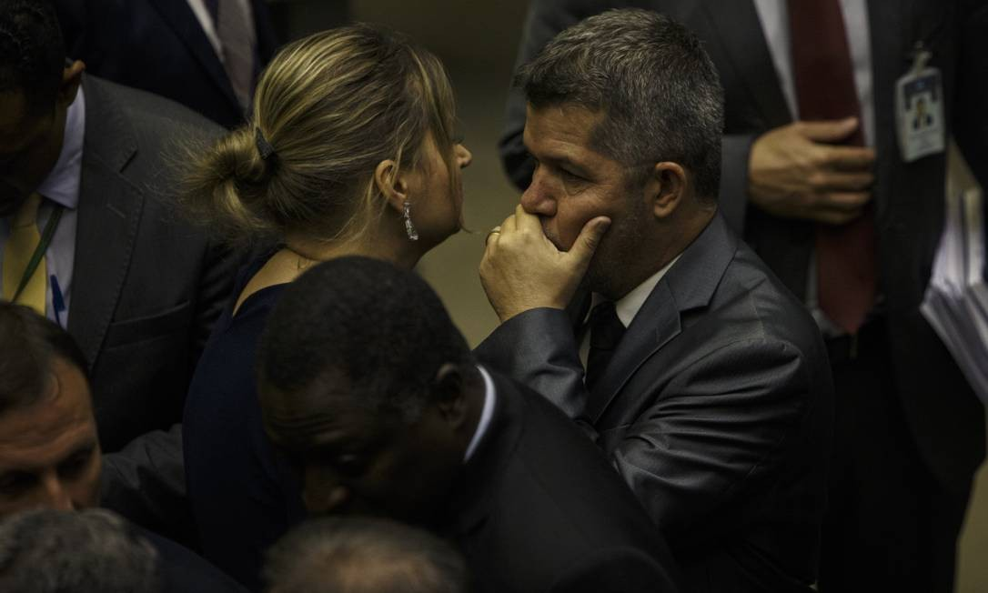 Os deputados Joice Hasselmann e Delegado Waldir, no plenário da Câmara durante sessão que discute texto da reforma da Previdência Foto: Daniel Marenco / Agência O Globo