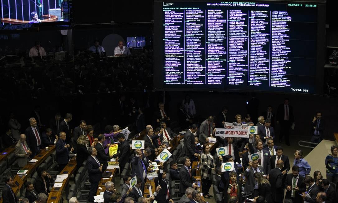 Painel de presença no plenário durante sessão na noite de terça. Segundo Maia, resultado do placar (acima de 330 votos) na votação contra os requerimentos da oposição, na noite de terça-feira, é um bom parâmetro para a votação da proposta, além da presença de 510 deputados na Câmara, nesta quarta-feira Foto: Daniel Marenco / Agência O Globo